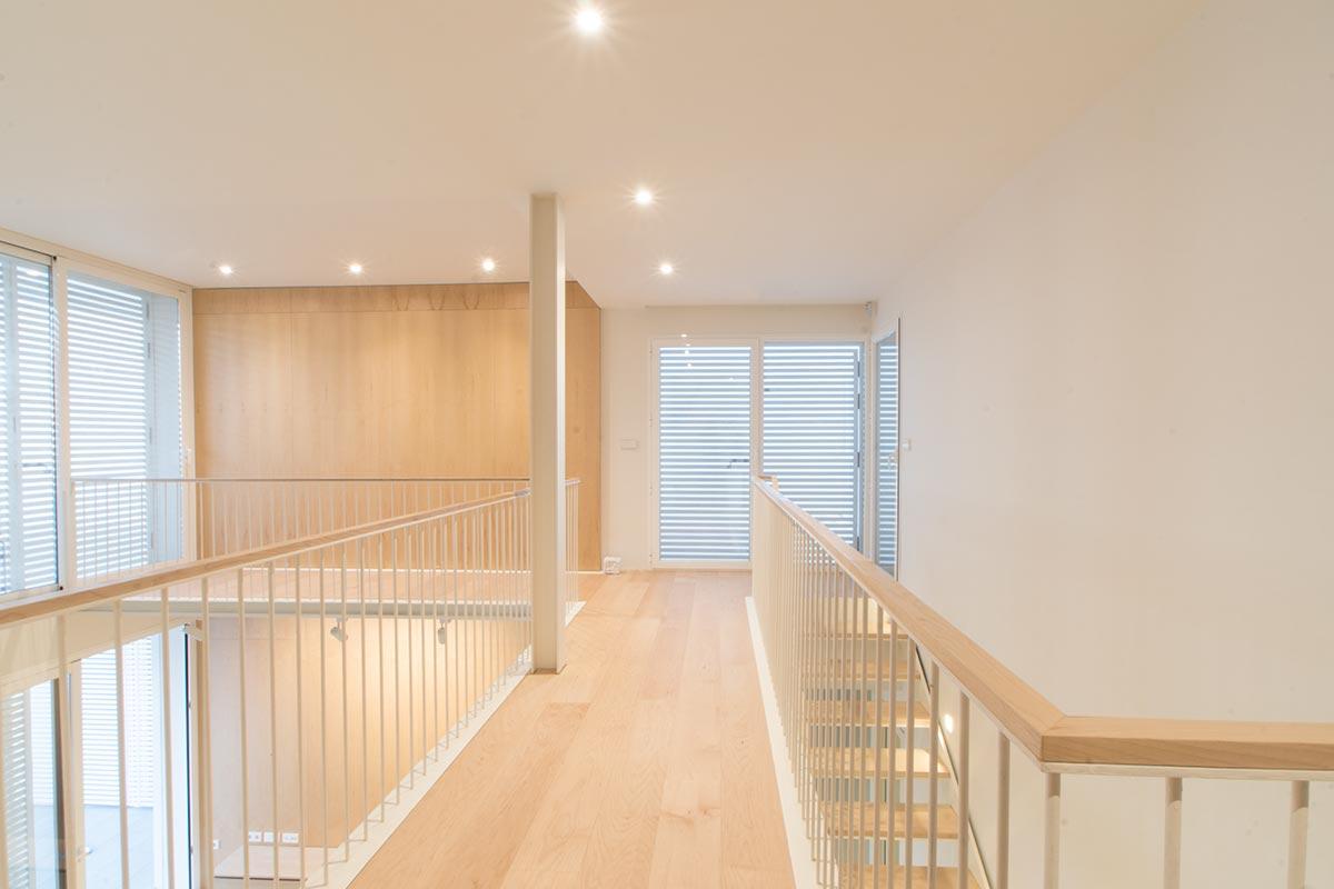 Pasillo interior planta alta nueva vivienda nueva construida por Muntasil, empresa constructora en Granada