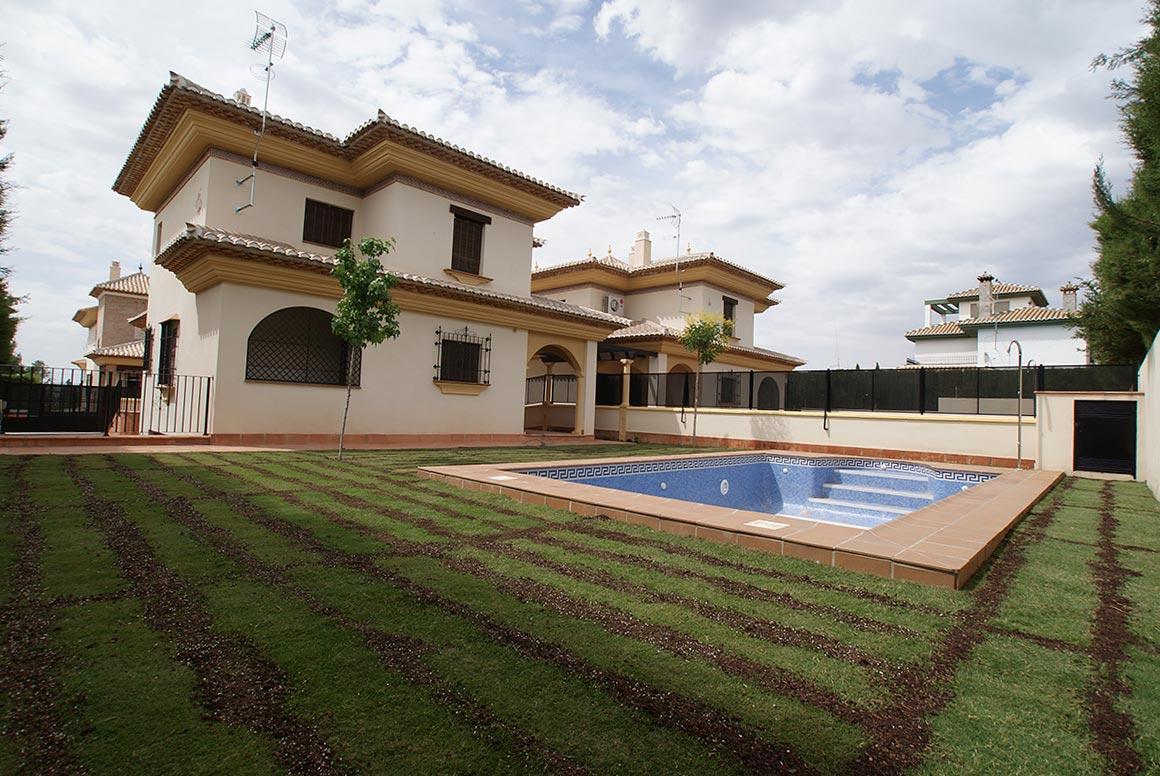 Jardín y piscina, reforma ejecutada por Muntasil empresa de reformas y albañilería en Granada